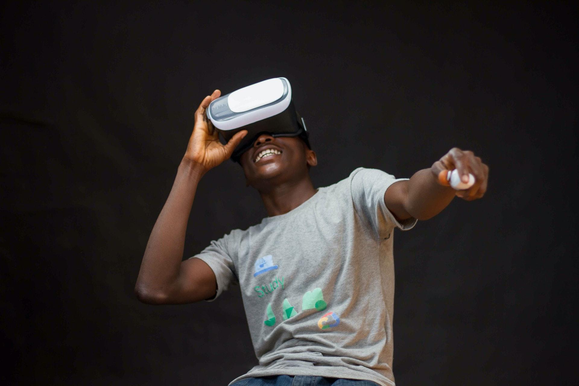 man-wearing-grey-shirt-using-virtual-realty-headset-3175983